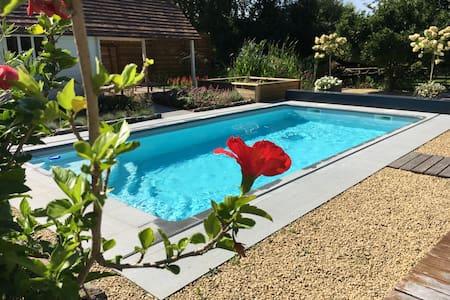 La Chambre du Chemin Vert : jacuzzi piscine