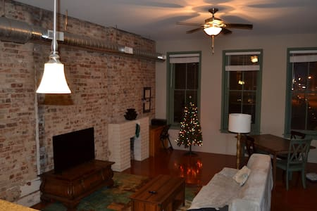 Spacious OTR Apt above one of Cincy's best bars - Cincinnati - Apartment