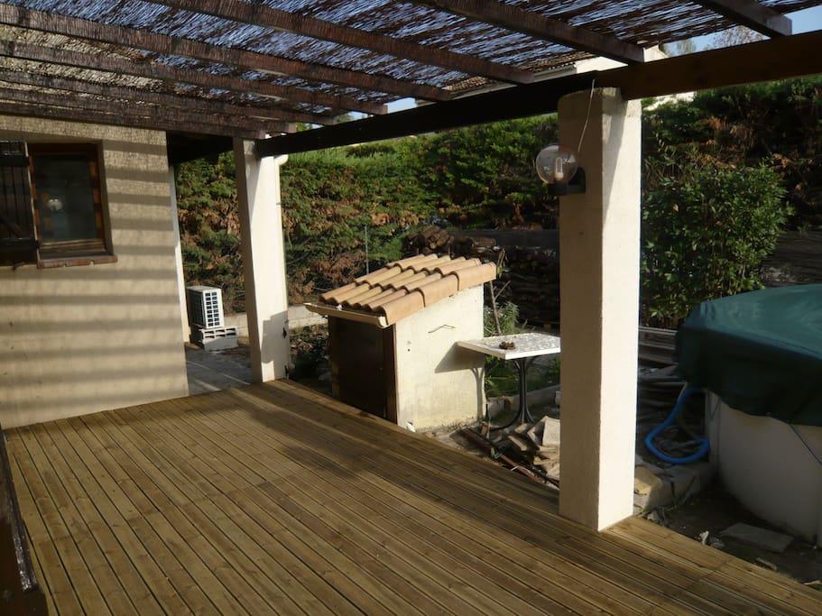 ... une terrasse avec barbecue au Sud...