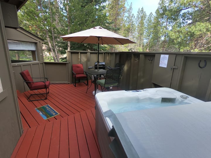 Bikes/ SHARC Passes! Private hot tub!