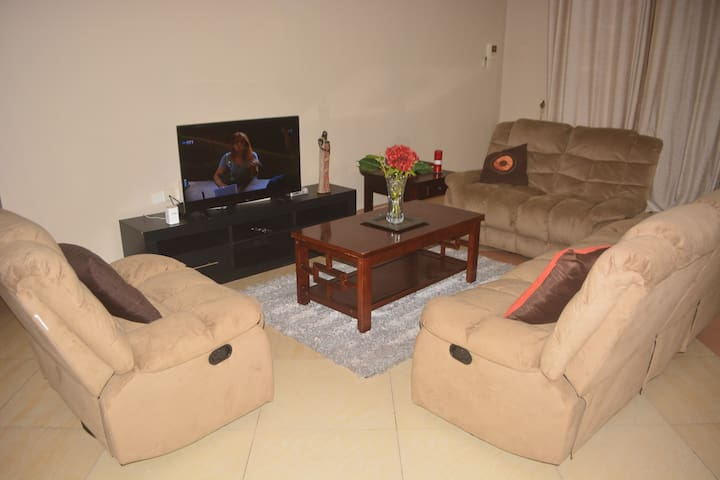 KARIBU Luxury Apt. Free WI-FI+ close to the beach