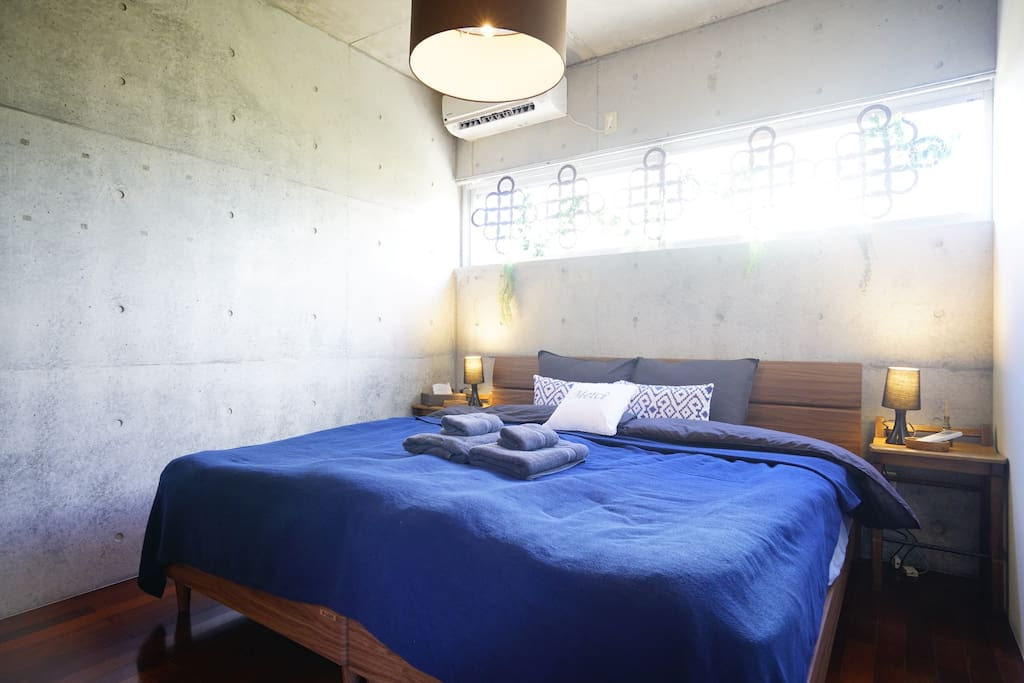 The bedroom comes with 2 single size bed and perfectly clean sheets to ensure a great night's rest.  広々としたキングサイズのダブルベッド。 清潔で真っ白なシーツにくるまれて、ゆっくりとお休み頂けます。