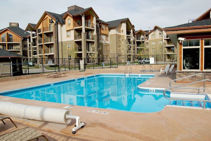 ~ Lakeside Condo ~  Hot Tub & Fitness Centre!