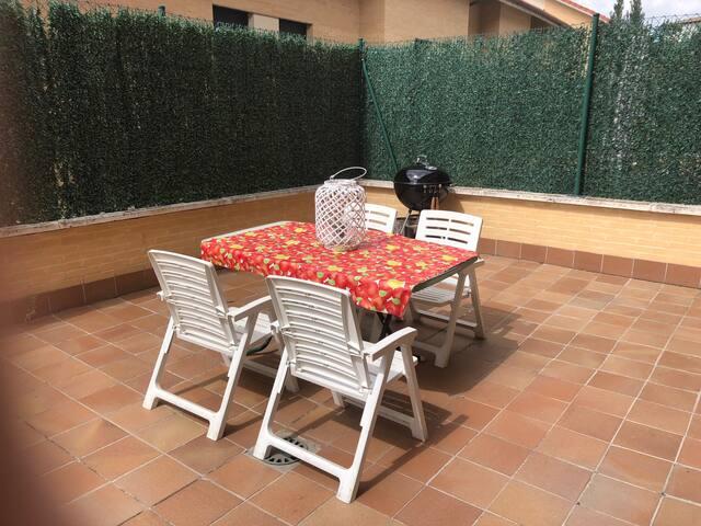 terraza con mobiliario y barbacoa