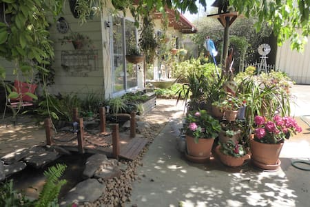 GUEST HOUSE  lovely garden  close AIRPORT CITY SEA
