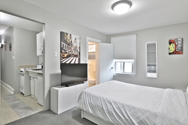 Spacious Studio DOWNTOWN Yorkville PRIME LOCATION