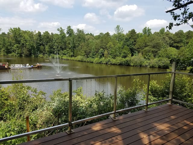 """Treehouse"" Private lot lake/dock, Arcade for kids - Mint Hill"