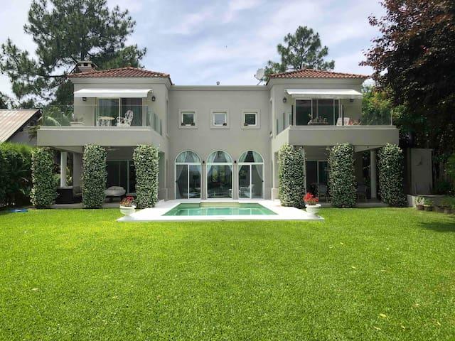 Increíble Villa con lago en Barrio Cerrado