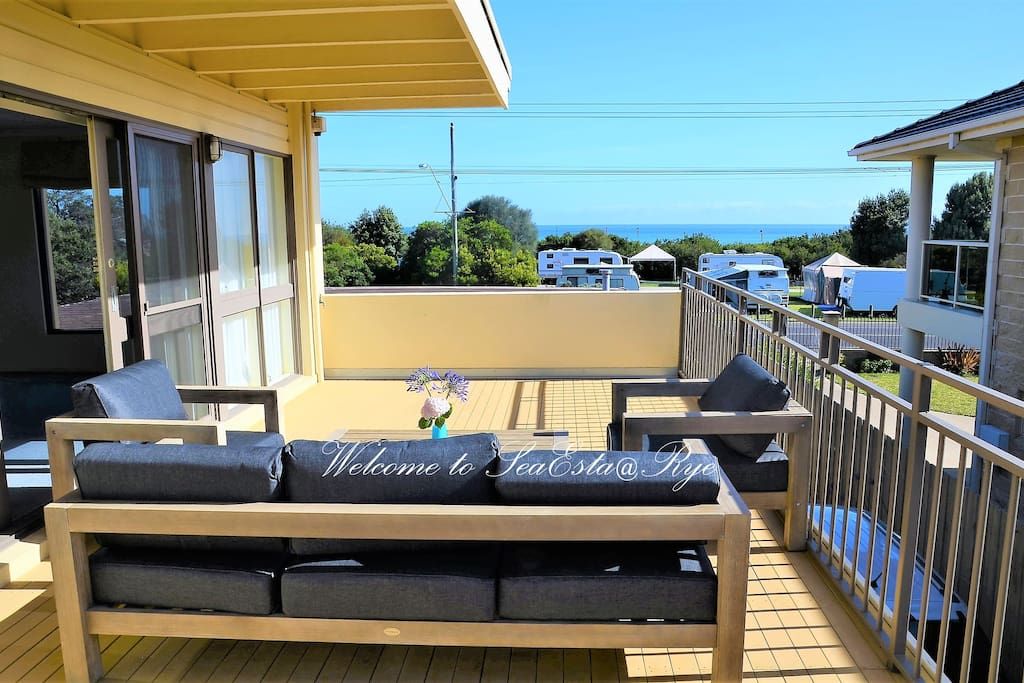 Huge entertaining balcony with bay views: great time for cup of coffee/beers with family/friends