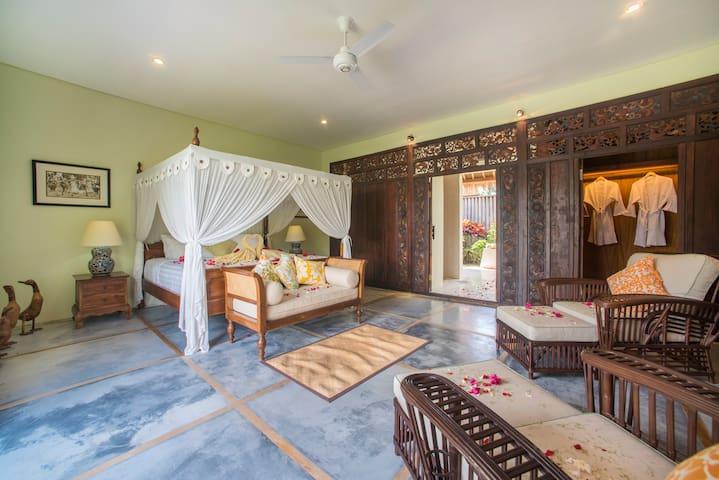 Honeymoon Suite (1BR) bedroom