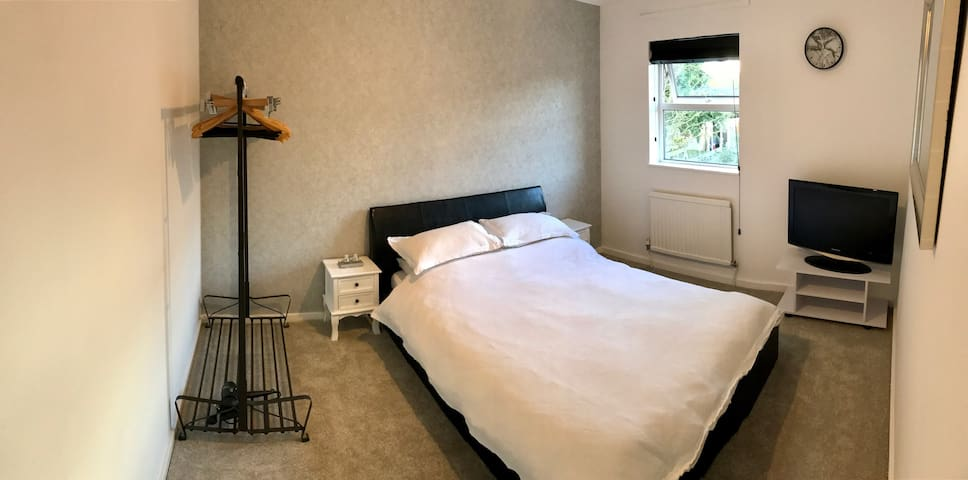 Beautiful & Bright Double Room, close to station - Welwyn Garden City - Dom