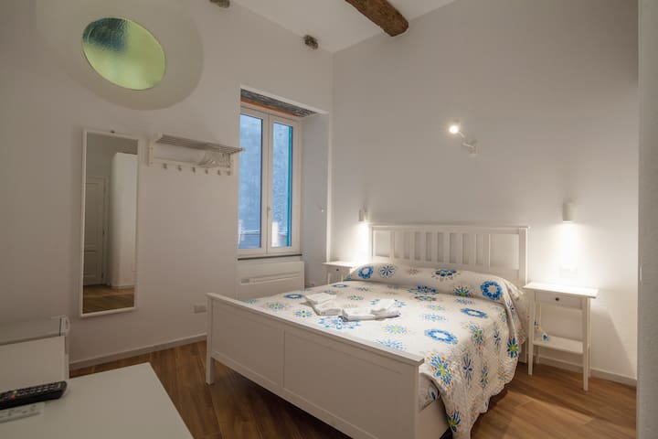 Charming Double Room - Main street Vernazza