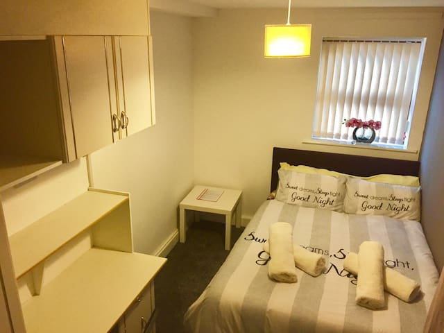 FREE parking & WIFI, Homely & clean double bedroom