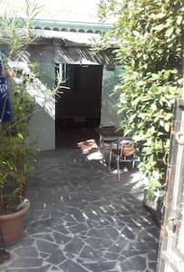 studio rez-de-jardin dans villa - Fréjus