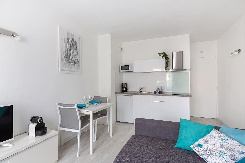 Un appartement lumineux avec une cuisine toute équipée pour préparer vos repas