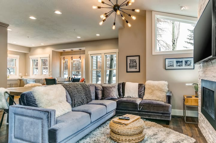 Elegant downtown townhome w/ breakfast nook & shuttle access to lift & town