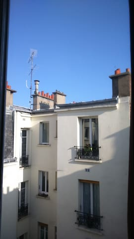 Petite vue sur le ciel et les toits