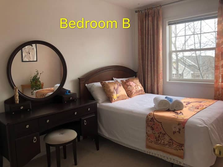 Sunny bedroom with private bathroom for rent !