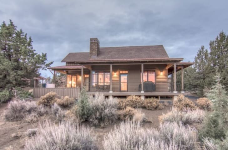 Luxury Family Cabin Outside Bend w/ 3 King Suites