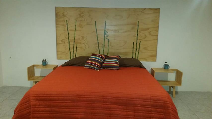 Acogedora recamara principal con cama Kingsize.
