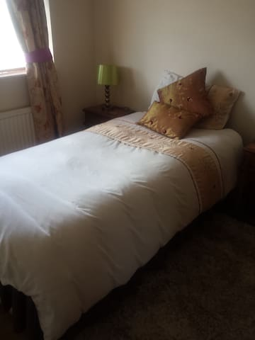 Single spacious charming room - Luton