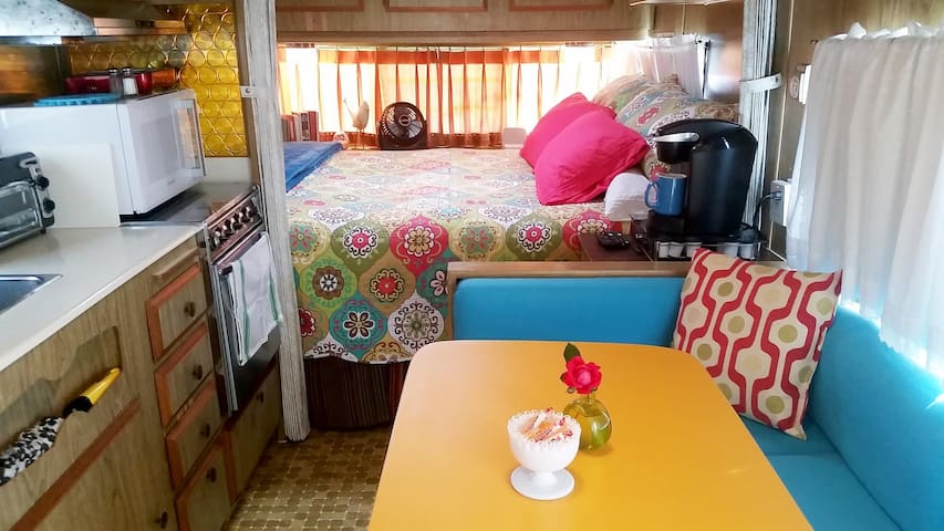 """That 70s Tow"" Cozy Glampour Camper - FUN! - Fort Worth - Pension"