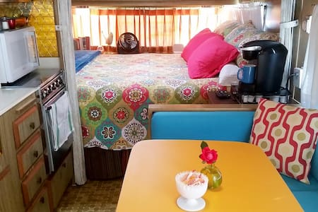 """""""That 70s Tow"""" Cozy Glamour Camper - FUN! - Fort Worth - Guesthouse"""