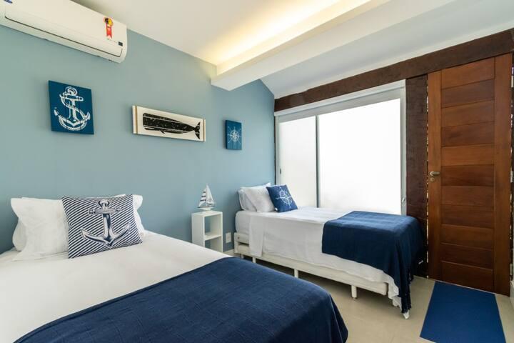 suite 3 com duas camas de solteiro boa que podem juntar e formar uma cama casal e uma extra de solteiro embaixo
