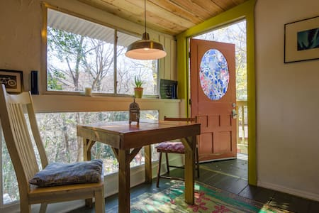 Cool Artistic Treehouse Cabin - Austin
