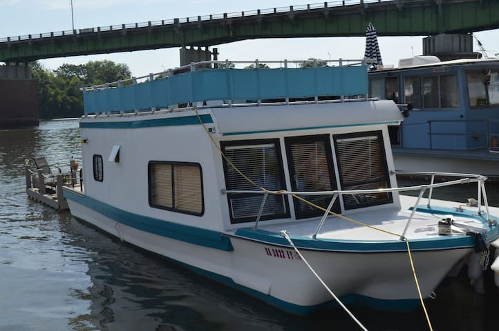 "Savannah River Houseboat ""Island Oasis"""