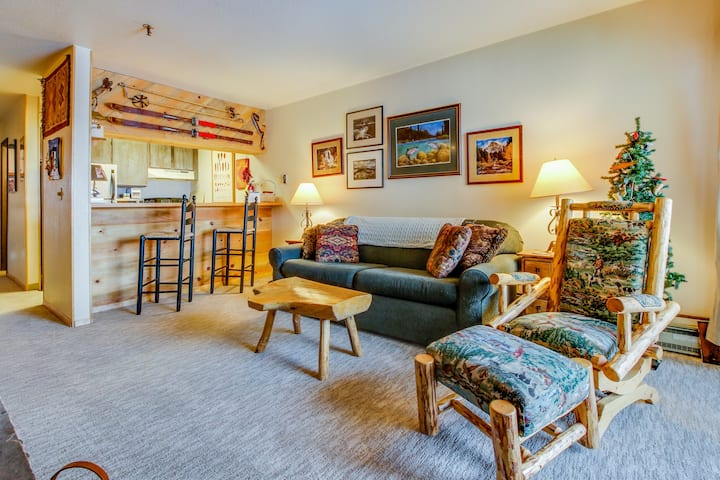 Ski-in/out condo at the base of Silver Queen lift w/seasonal hot tub- Dogs ok!