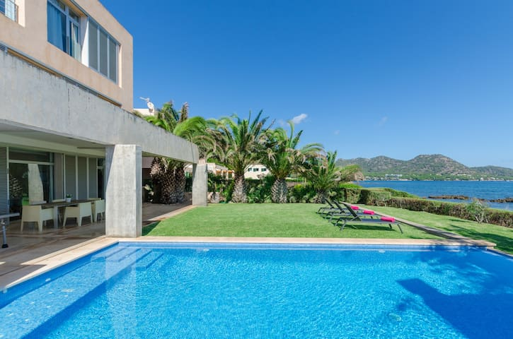 PORT NOU - Amazing villa with private pool on the seafront of Cala Bona