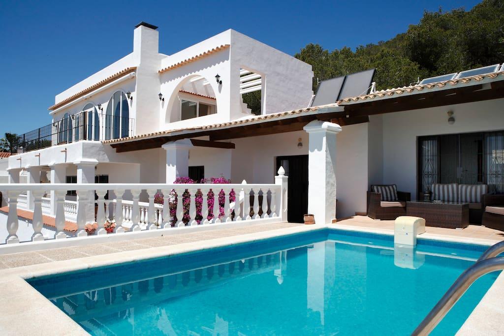 Casa con vistas y piscina cerca playa den bossa casas en for Apartamentos con piscina y playa