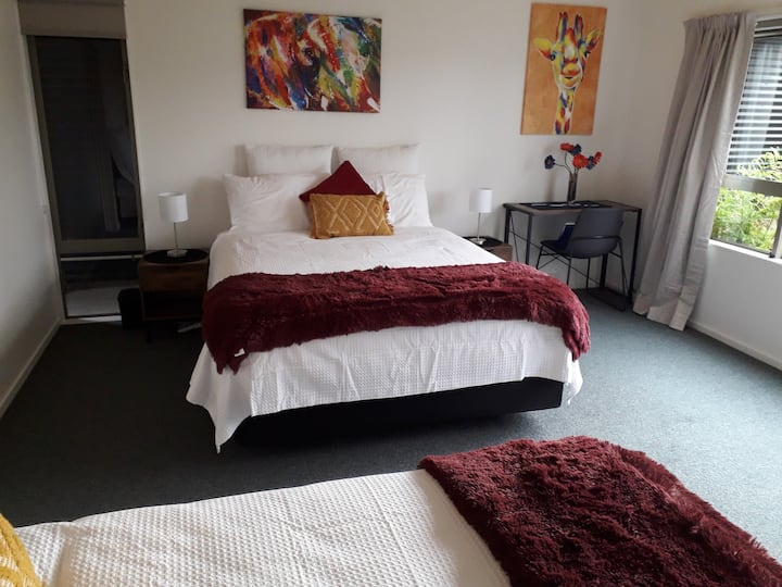 ECees-Riverside, master bedrm, ensuite, sleeps 4,