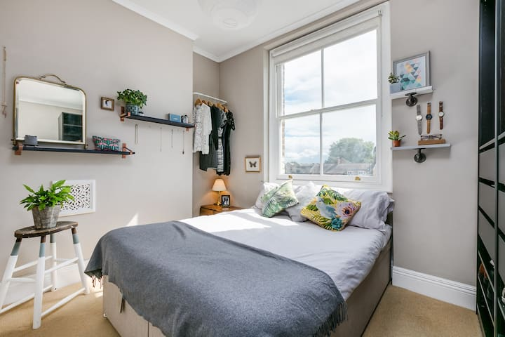 Cosy flat for 2px. Vibrant location near centre