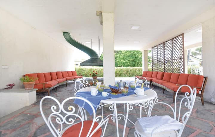 Awesome apartment in Lido di Camaiore with 2 Bedrooms