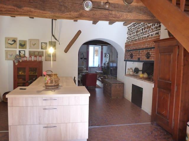Chambre indépendante dans maison de village - Chalamont - Casa