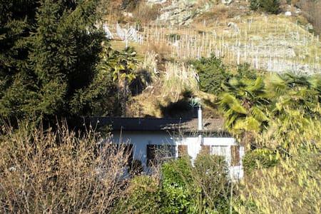 Mittel-Zimmer in der Natur nahe Bus - Gudo
