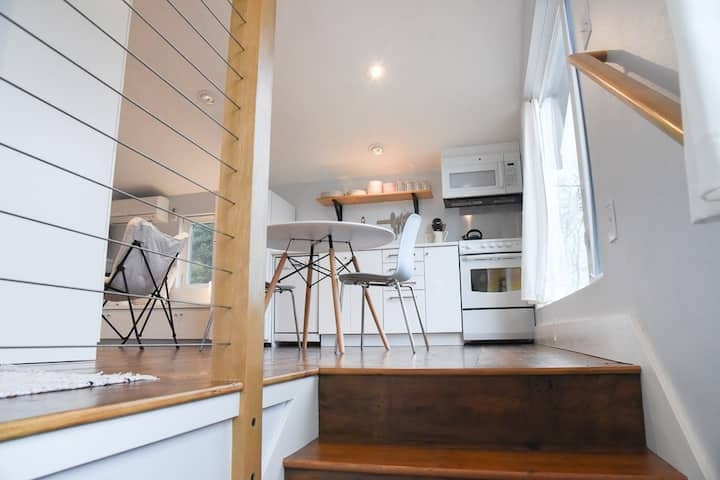 The Treehouse - bright & cozy loft in SE Portland
