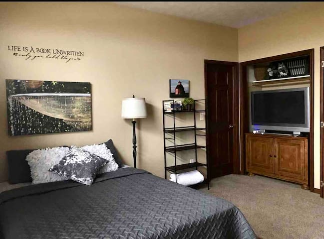 Beautiful & Private Sleeps 1-5! Great Location!