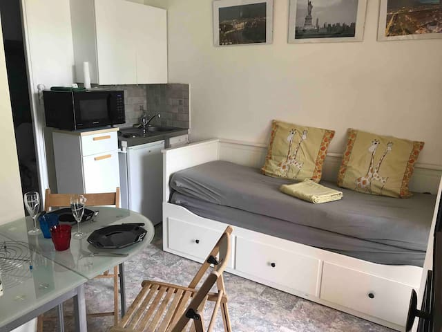 Studio climatisé, balcon, parc, tennis, parking