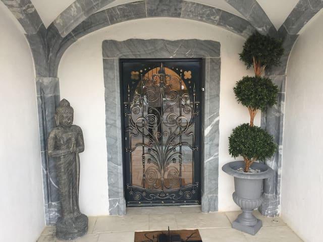Porte et seuil d'entrée en marbre bleu de Haute Savoie