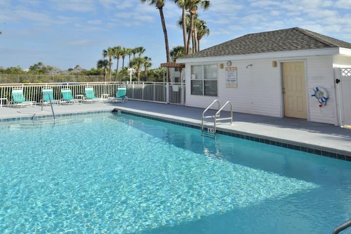 Lovely condo w/free WiFi/shared pool/hot tub - close to beach & entertainment!