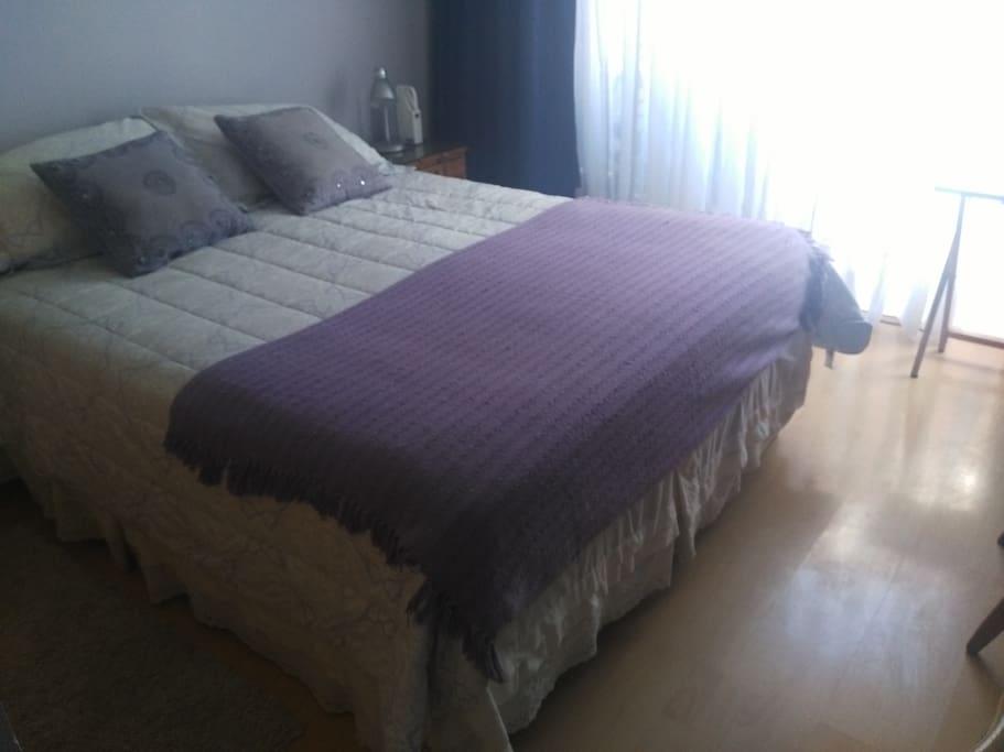 Dormitorio con salida al jardín