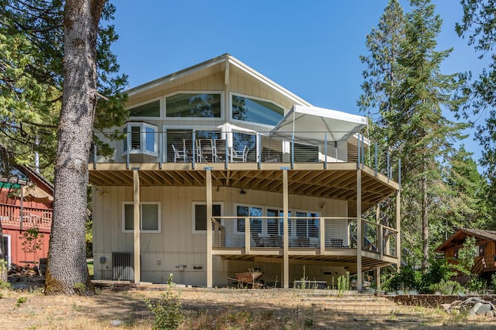 Lakefront Home Provides Private Dock, 5 bedrooms