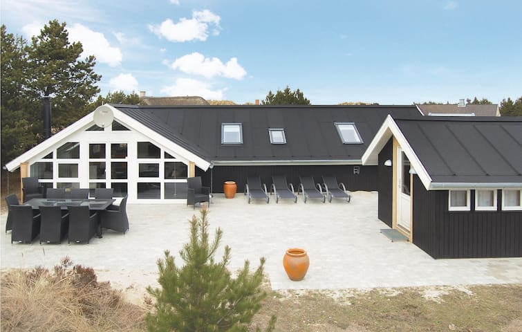 Holiday cottage with 4 bedrooms on 102 m² in Blåvand