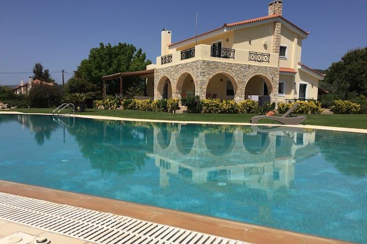 Villa Flaurah 400 m2 avec piscine sud Péloponnèse