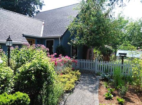 Estacada Garden Cottage