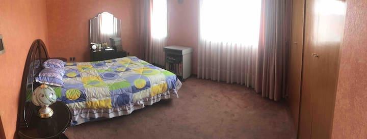 Habitación soleada para un huésped o pareja!