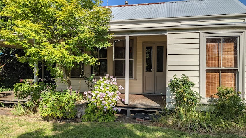 Relaxing getaway to historic cottage in Birregurra